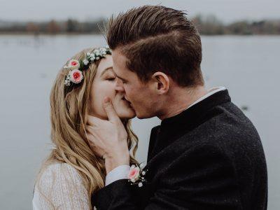 Natürliche Paarfotos am Hochzeitstag